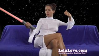 Amateur Princess Leia cosplay orgasms using her vibrator