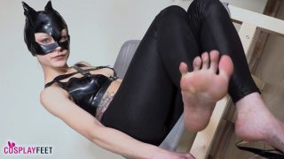 Catwoman cosplayer takes off heels and teases you with her bare feet