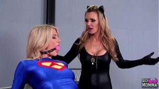 Supergirl and Catwoman cosplayers have hardcore lesbian sex
