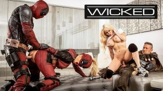 Female Deadpool cosplayer gets fucked in orgy