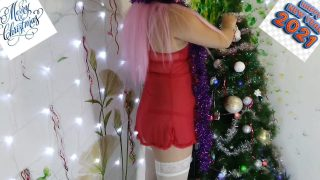 Chubby Mrs Claus cosplayer cums by the Christmas tree