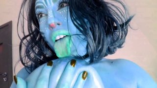 Neytiri cosplayer from Avatar sucking her huge tits